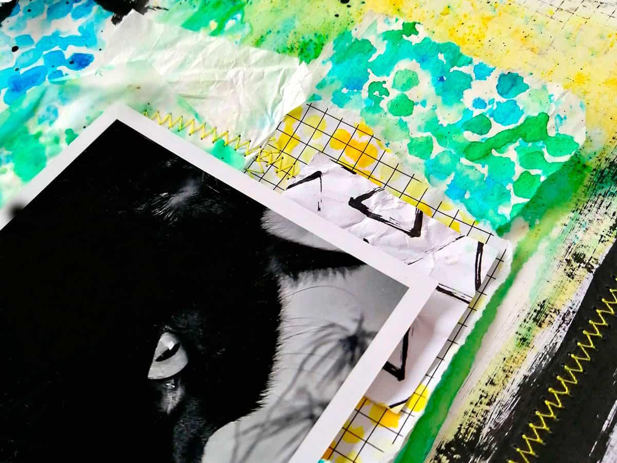 Cosidos y papeles de scrapbooking superpuestos en el layout #MilkMedia azul y verde Milo