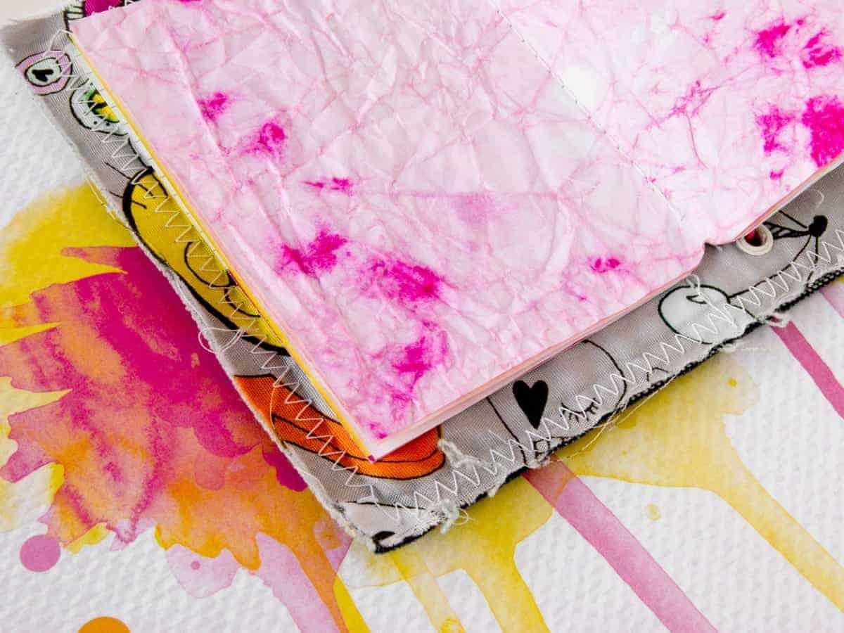 Detalle de las libretas hechas con papel teñido y portadas de la colección #MilkMedia.