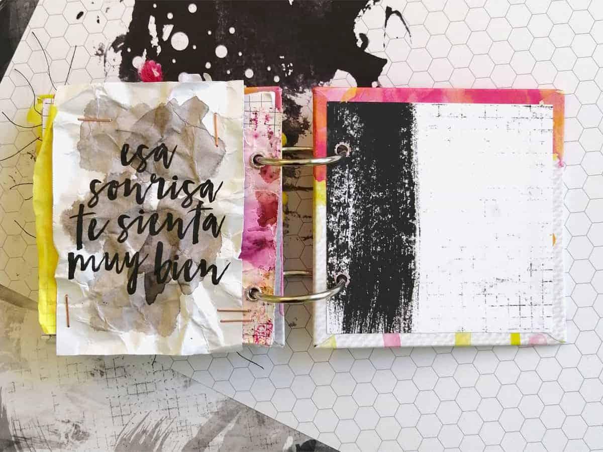 Página con papeles arrugados del mini álbum anillas En Mi Journal